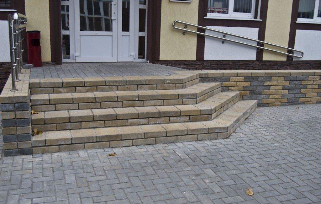 Docela často řemeslníci kombinují takovou dlaždici s dokončovacím kamenem.