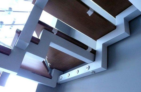 Kovový nosník na schody s několika patkami
