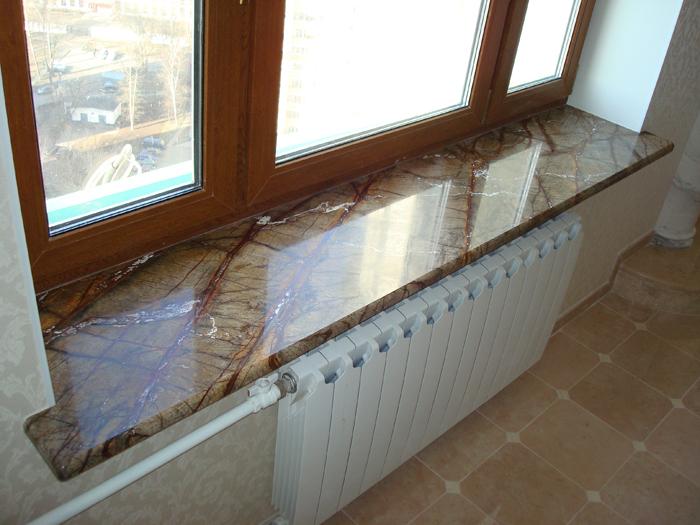 Гранитные подоконники в интерьере комнаты