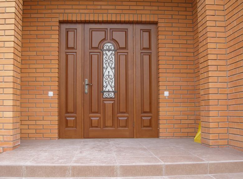 Производство входных дверей из массива сосны для частных домов