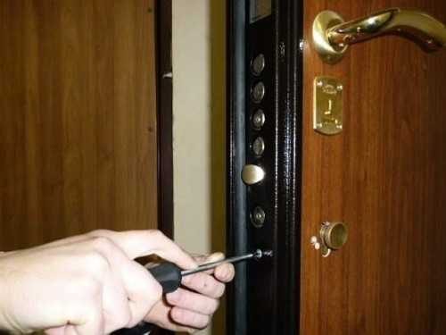 В чем особенность замены дверного замка